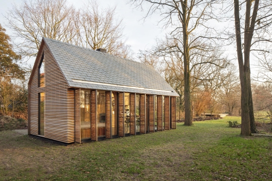 glass-walled-cottage-with-retractable-wooden-panels-1
