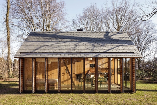 glass-walled-cottage-with-retractable-wooden-panels-2